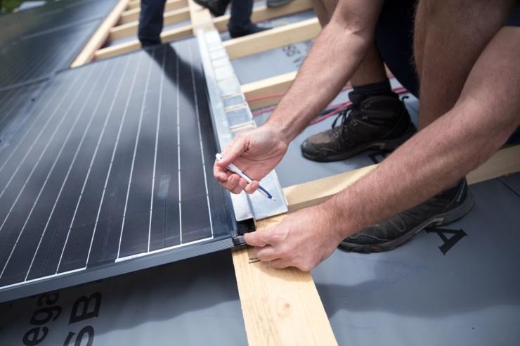 Mit Hilfe einer Schablone werden die Befestigungspunkte an einem PV-Modul angezeichnet.