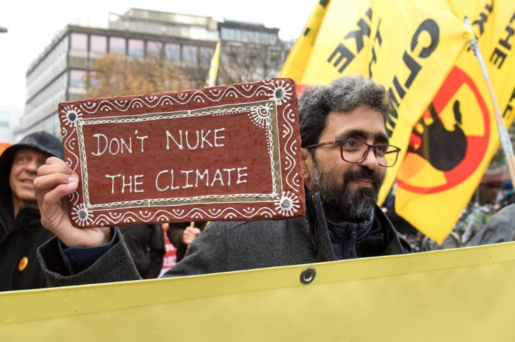 Kumar Sundaram mit seinem persönlichen Protestplakat auf der Demonstration am Rande der Klimakonferenz COP 23 am 11.11.2017 in Bonn