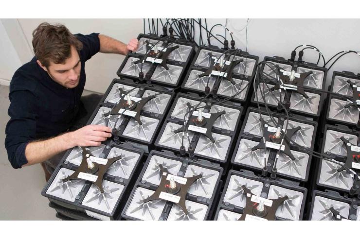 EWS-Mitarbeiter Frederik Penski prüft die salzwasserbatterie im EWS-Teststand