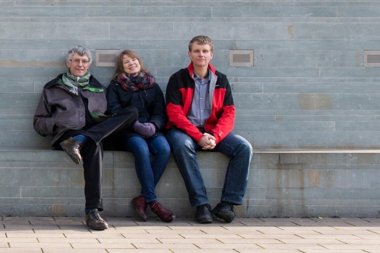 Die drei Initiatoren sitezn an der Rosenquelle auf der Bank