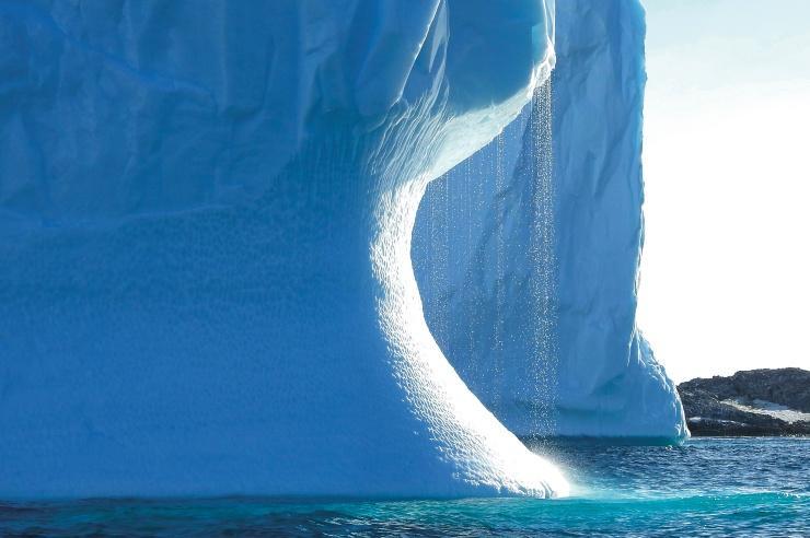 Wasser tropft von einem Eisberg in der Antarktis