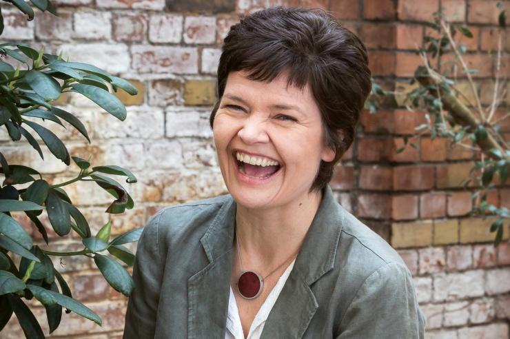 Kate Raworth lacht herzlich.