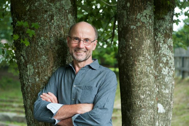 Josef Braun lehnt an einem Baum.