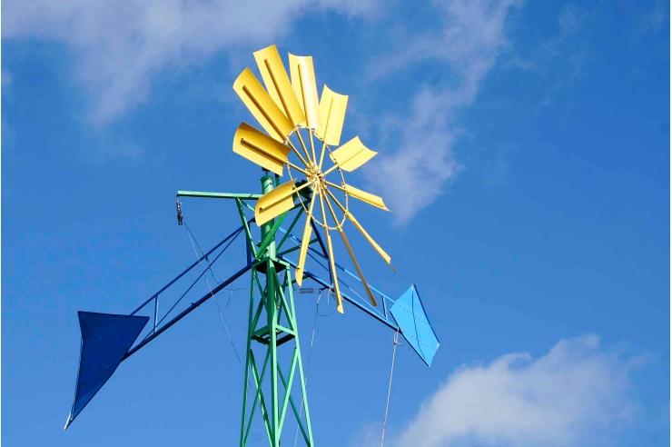 Ein buntes Windrad gegen die Himmel fotografiert.