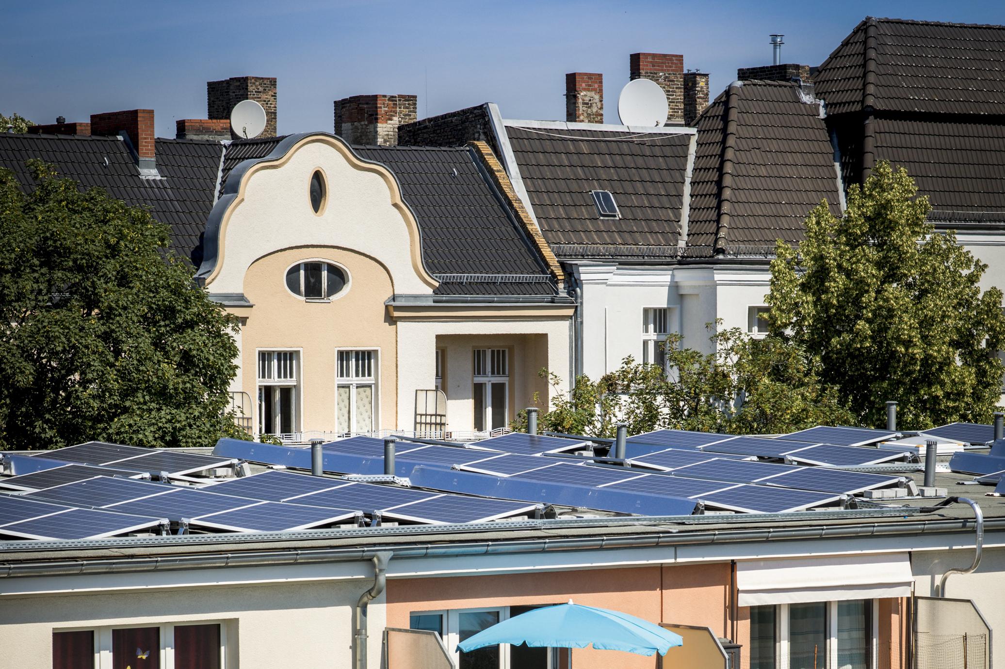 PV Anlagen auf dem Dach eines Mietshauses in Berlin Neukölln