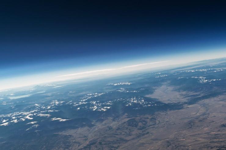 Blick auf die Erde, Erdkrümmung und als heller Bereich, die Erdatmosphäre