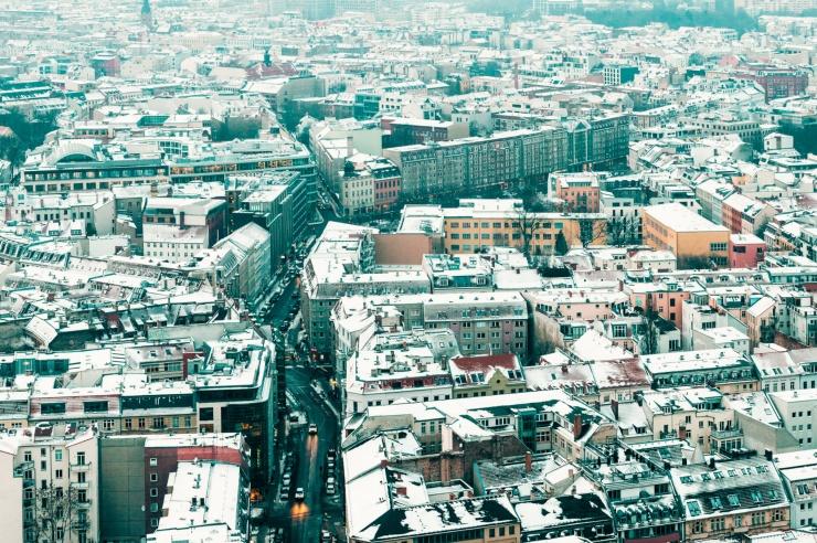 Luftbild einer Großstadt in winterlicher Stimmung mit etwas Schnee auf den Dächern.