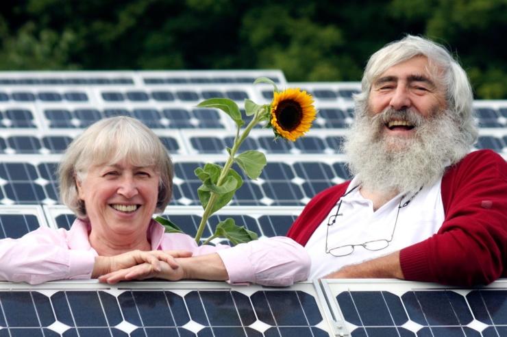 Ursula und Dr. Michael Sladek inmitten eine Photovoltaik-Anlage